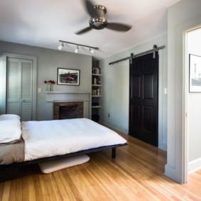 Вентилятор на потолке спальной комнаты