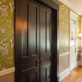 Массивная дверь темно-коричневого цвета