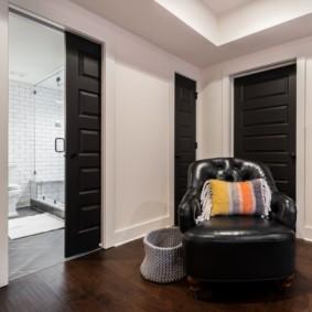Полосатая подушка на удобном кресле