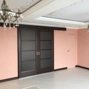 Розовые стены в просторной комнате