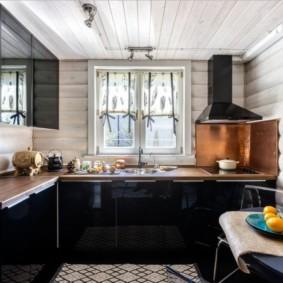 Черная мебель в кухне деревянного дома