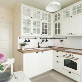 Белая кухня угловой планировки