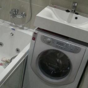 Раковина над стиральной машиной в ванной без туалета