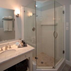 Стеклянные перегородки в ванной с душем