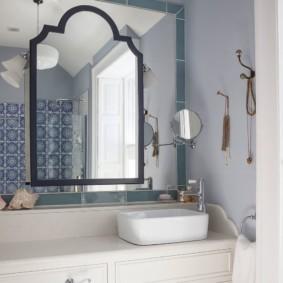 Болшое зеркало в ванной частного дома