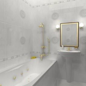 Позолоченный смеситель в белой ванной