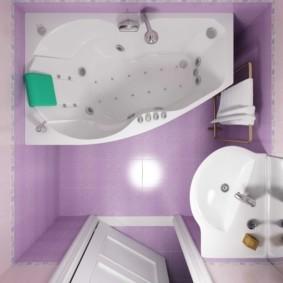 Сиреневая плитка на полу в ванной