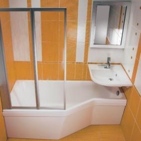 Белая ванна и оранжевая плитка