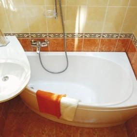 Интерьер небольшой ванной с компактной сантехникой