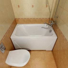 Светло-коричневая плитка на полу ванной