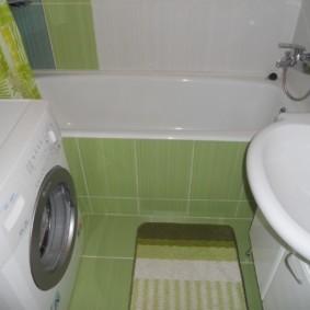 Небольшой коврик на зеленом полу