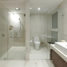 Просторный санузел с душем вместо ванной