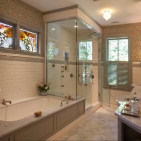 Витражи на окнах в ванной комнате