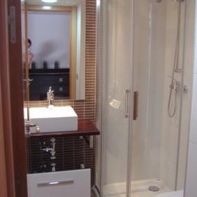 Компактная кабина с душем в маленьком санузле