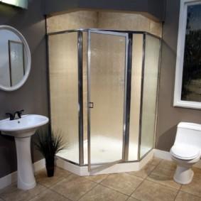 Угловой душ с распашной дверкой