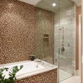 Коричневая мозаика на стене ванной