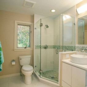 Бежевые стены ванной комнаты