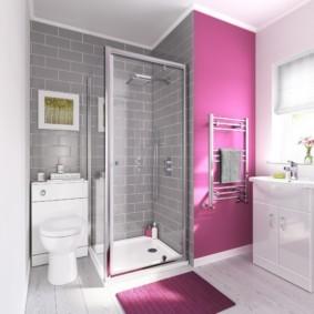 Розовый коврик на белом полу