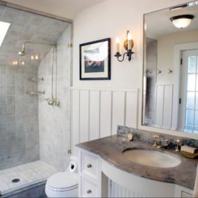 Ванная с душем в мансарде частного дома