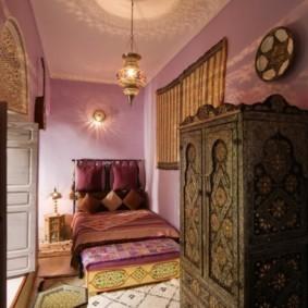 Узкая спальня с деревянным шкафом
