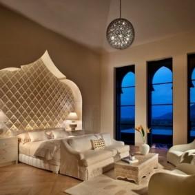 Высокие окна без штор в спальной комнате