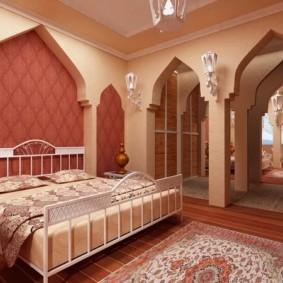 Широкая кровать на металлическом каркасе