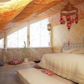 Уютная спальня в мансарде загородного дома