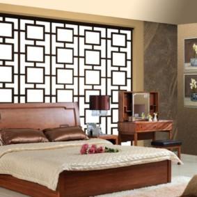Бежевое одеяло на коричневой кровати