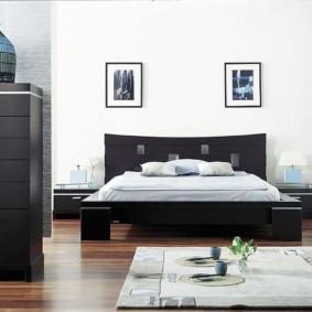 Черная кровать в белой комнате
