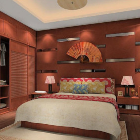 Веер на стене спальни в китайском стиле