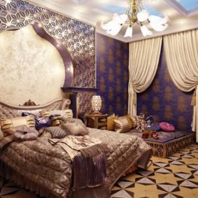 Байковое одеяло на кровати супругов