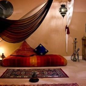 Бескаркасная кровать на полу спальни