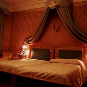 Супружеская кровать в спальне частного дома