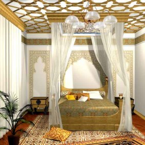 Красивая кровать с балдахином из светлой ткани