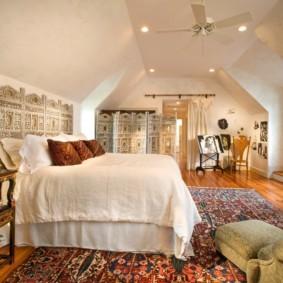 Высокая кровать с белым постельным бельем