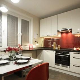 Алюминиевые жалюзи в кухне с белой мебелью