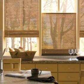 Бамбуковые жалюзи на кухонных окнах