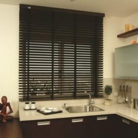 Черные жалюзи над кухонной мойкой