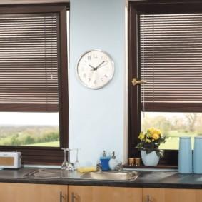 Круглые часы на простенке между окнами