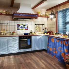 Яркие занавески на кухне в стиле кантри