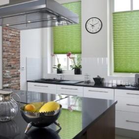 Зеленые жалюзи на узких окнах