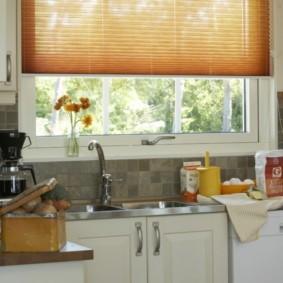 Мойка перед окном кухни в частном доме
