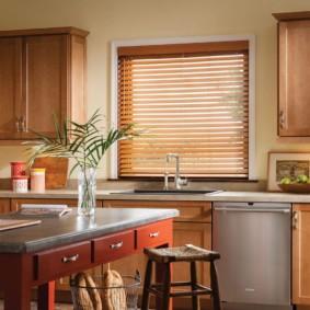 Кухонный стол с выдвижными ящиками