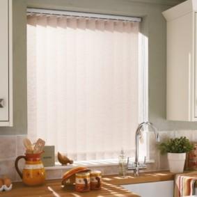 Вертикальные жалюзи в проеме кухонного окна