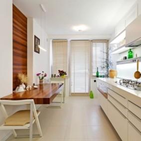 Узкий стол в кухне линейной планировки