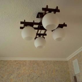 Светлые жидкие обои на потолке кухни