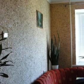 Декорирование жидкими обоями стены над диваном