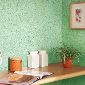Деревянная полочка в углу кухни