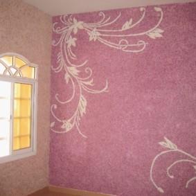 Трафаретный рисунок на стене с жидкими обоями