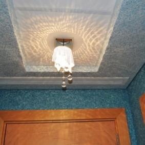 Светильник в нише потолка кухни
